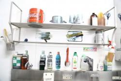 キッチンも写真を貼って、置き場所を固定している