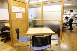 ミーティングスペース。パーテーションを動かして環境をカスタマイズ。