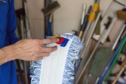 モップは色のラベルによって清掃場所を分ける