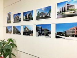 ロビーには各都府県で展開しているホームの写真が飾られている